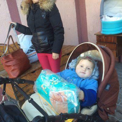 Массовая выдача одежды для нуждающихся семей